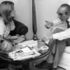 """Montserrat Nebot fent l'entrevista pel """"Tele/Expres"""" a l´historiador i polític Josep Benet. Any 1979."""