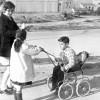Magda Ballester realitzant un reportatge a un barri de Lleida a l'any 1969.