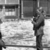 Joana Biarnés fotografiant a l'actor Lee Marvin. Darrera d'ella el seu marit, el periodista Jean Michel Bamberger.
